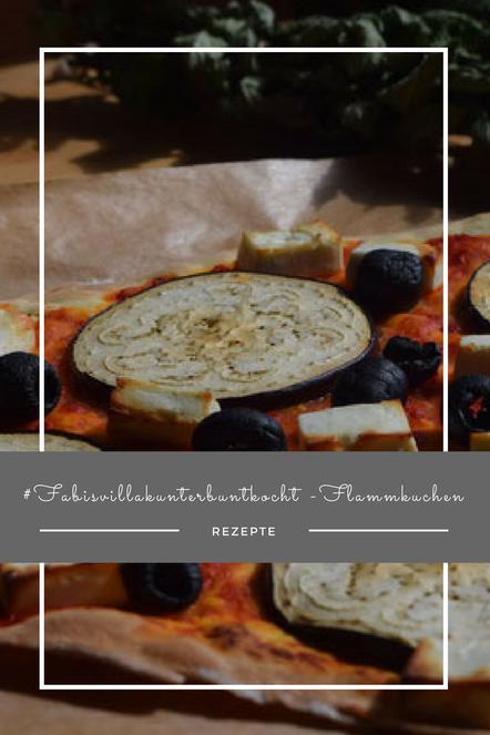 Mein liebster Flammkuchen kommt orientalisch daher, mit Aubergine, Ajvar und Oliven.