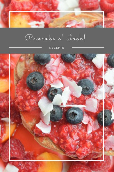 Fruchtige Pfannkuchen mit Obsttopping.
