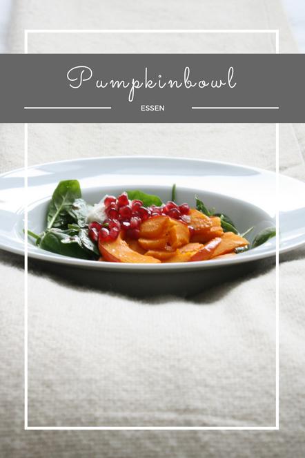 Eine leckere Pumpkinbowl mit Spinat, Ziegenkäse, Granatapfel, Kürbis und PURELEI Armbänder.