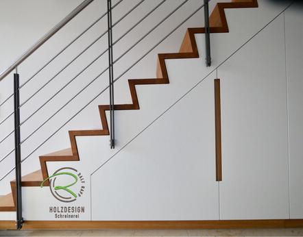 Einbauschrank nach Maß vom Schreiner, Treppenschrank, Einbauschrank unter Faltwerktreppe, massive Eiche Faltwerktreppe, Schrank unter Treppe weiß lackiert mit flächenbündig eingelassenen Eiche Griffleisten