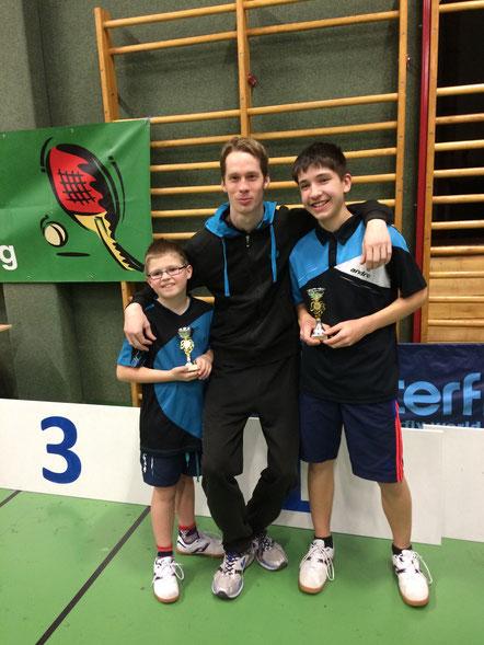 Jakob Wilder und Sebastian Auer durften sich über die ersten Stockerlplätze bei der Nachwuchsliga freuen. NÖTTV-Sportdirektor Dominik Habesohn gratulierte den Sierndorfern.