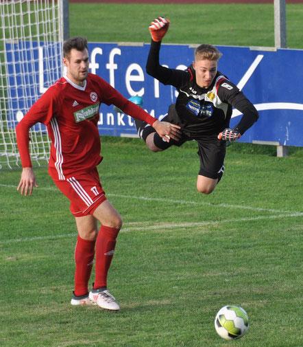 VfL-Torhüter Bergmann im Anflug, um vor SVG-Stürmer Specht am Ball zu sein.