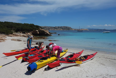 Kayak de mer à Spargi, archipel de la Maddalena (Sardaigne)