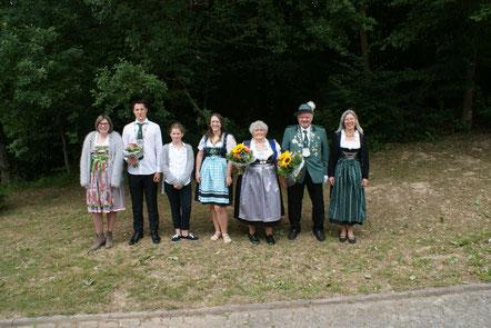 Die Majestäten von links nach rechts:  Vanessa Platz, Nikola Sieber, Isabell Geiermann, Laura-Jane Gewehr, Doris Görgens, Stefan Retterath, Lena Nolte