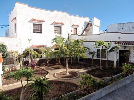 Altes kanarisches Herrenhaus und einem Innenhof der mit Palmen bepflanzt ist
