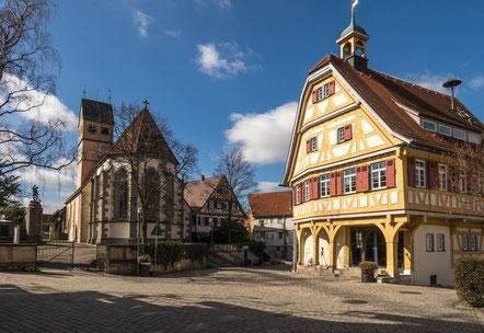 © Traudi - Kirche und Rathaus. Das Rathaus wurde 1553 erbaut.