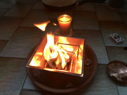 Agnihotra, Feuer, Kuhdung, Bienenwachs