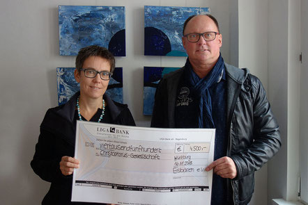 Bild (v.l.): Nadia Fiedler (stv. Geschäftsführerin der Christophorus GmbH) mit Roland Stengl vom Eisbären e.V. – Foto: Ella Kiefel