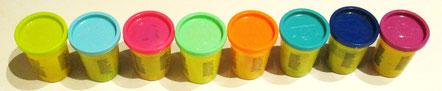 pots de pâte à modeler de différentes couleurs
