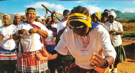 Ein anderes Volk, das sich auf Tanz und Trance als eine Methode zur Verbindung mit der Geisterwelt und der natürlichen Umgebung verlässt, ist Südafrikas ältester Stamm, das Volk der San