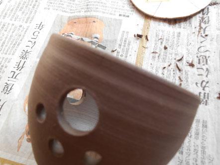 茶香炉の窓、穴開けの作業中にヒビ。写真では判りにくい。