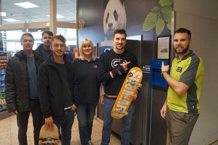 Supermarkt-Betreiber Martin Matthews (rechts) unterstützt die Initiative Skaterpark. Bennet Wiese (links) und Ernez Sadria (mit Board) wollen das Projekt voranbringen und suchen weitere Unterstützer. Das Bild ist vor Corona entstanden. Foto: Alpha-Report