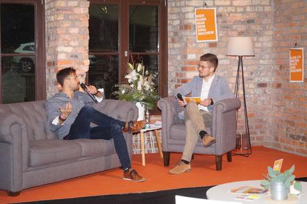 Moderator Simeon Laux (rechts) mit Simon Schröder von NaturImPuls. Foto: Alpha-Report