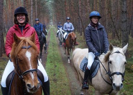 Master Gesa Benthien (links) führt den Tross an. Daneben Anna-Lena Titze vor Kathrin und Tim Schuldt. Foto: Alpha-Report