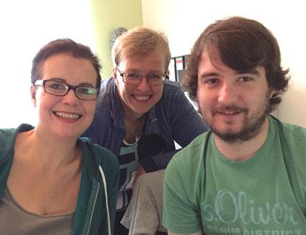 Grafik-Designerin Eva Saarbourg, Steffi Gömmer und Jonathan Schmidt bei der Layout-Schulung // Foto: Gömmer
