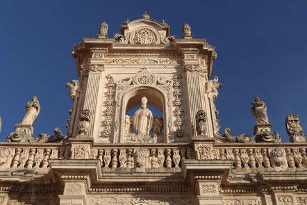 Barockfassade des Rathauses in Lecce mit filigranen figürlichen Verzierungen und Säulen (Lecceser Barock)