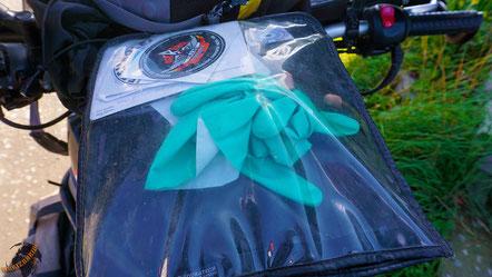 Spülhandschuhe haben ein winziges Packmaß, sind absolut wind- und wasserdicht und halten erstaunlich warm. Also lass deine Zweithandschuhe zuhause!