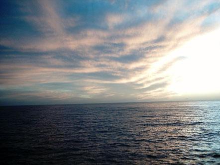 Ich lasse los und komme zu mir zurück: Stille, Leere, Weite, unendlich und grenzenlos: SEIN - in dem ALLES erscheint - wie ein Tropfen oder eine Welle –  und wieder abtaucht in den Ozean.