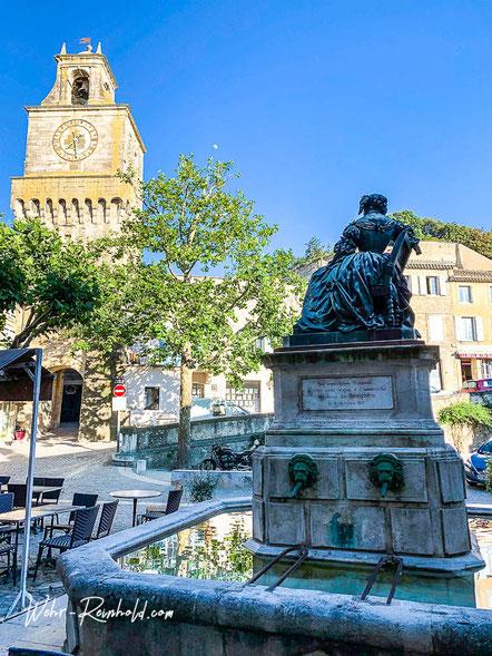 Bild: Tour d'horloge und Brunnen der Marquise de Sévigné in Grignan