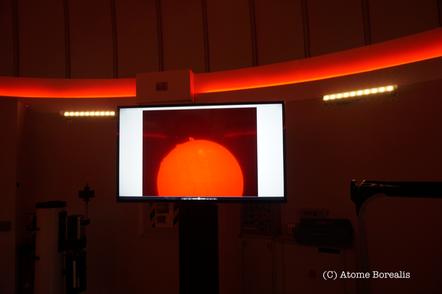 Un écran permet de projeter les photos et films réalisés ainsi que l'activité du soleil en direct.