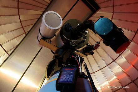 Sur une même monture trois instruments d'observation sont montés en parallèle.