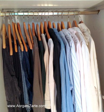 pantalones y camisas colgadas en perchas - www.aorganizarte.com