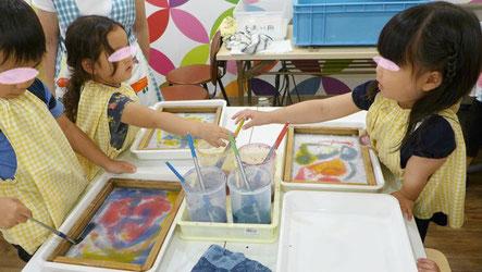 漉いた紙に筆を使って染料で模様を描いて模様をつけます