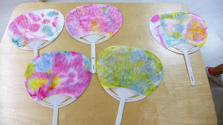 紙漉き体験で作成した和紙を使って、うちわをつくりました