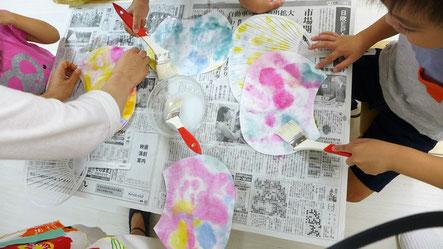 紙漉き体験で作成した和紙をうちわの形に切り取り、ノリをつけて内輪の骨にはります