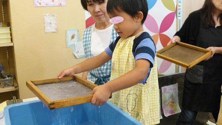 簀桁(すけた)を使って、紙を漉きます。厚みが均一になるように両手で調整します。