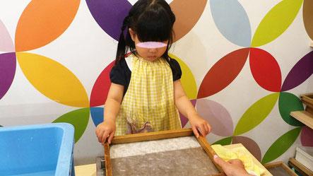 漉いた紙を専用の給水装置にかざすことで水分が取れて、早く乾燥します