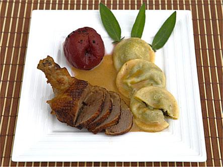 Gigolette de canette braisée à la sauge avec sa pêche au Bourgogne poivré Accompagnée de raviolis aux épinards frais