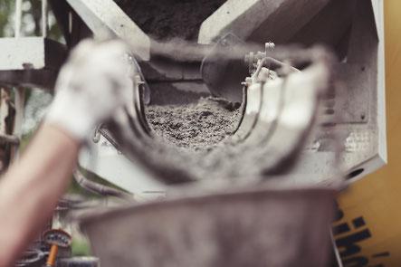 Service de production de béton avec toupie à béton sur chantier de construction de bassin de rétention des eaux