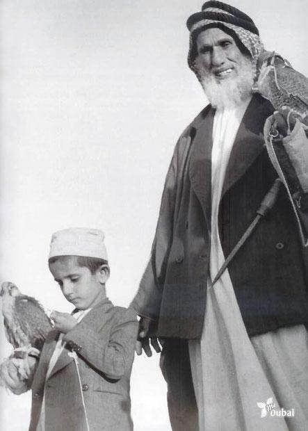 1959 . SON ALTESSE SHEIKH MOHAMMED BIN RASHID AL MAKTOUM né EN 1949 A 10 ANS.