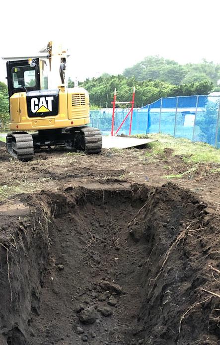 現場その2の掘り始め。黒くて均質な火山灰性の砂っぽい土壌。