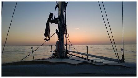 vue du pont d'un voilier en navigation au crépuscule