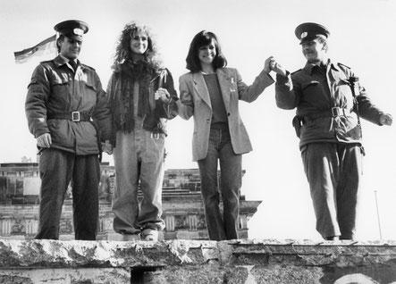 Julia Roberts, Sally Field mit Grenzsoldaten auf der Berliner Mauer, 1990;  ©dpa