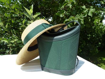 Die Tasche ist Handgenäht mit Miedereinsätzen auf Vorder- und Rückseite eingearbeitet
