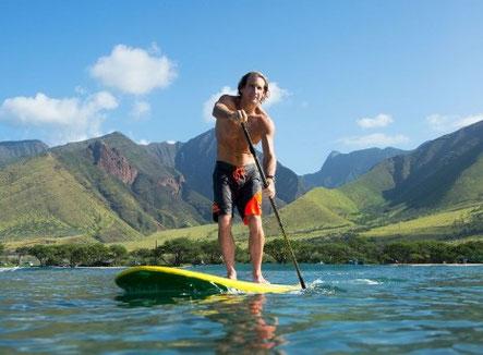 Robby Naish auf einem Nalu Allround SUP Board vor der Küste Hawaiis