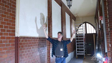 Frank Schulz vor der Wand bevor die Bemalung beginnt.