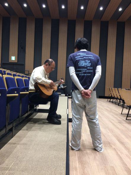 演出みずからギターを手に、音楽指導の場面も