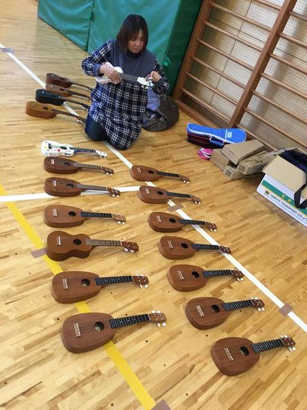 重茂小学校では、ミニコンサートの他にウクレレレッスンもさせて頂きました♪社長自ら楽器の準備!!さすがです!!