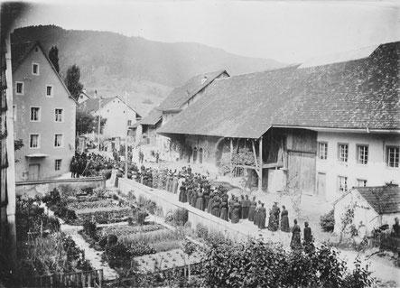 Fronleichnamsprozession um 1910: Bei der Mühlescheune wurde ein Altar aufgebaut.