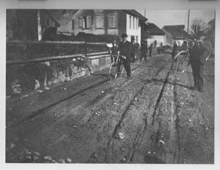 Zu Beginn des 20. Jahrhunderts war der miserable Zustand der Hauptstrasse ein allgemeines Ärgernis. Die schweren Gipsfuhrwerke von Kienberg nach Frick waren daran schuld. (Foto von ca. 1910)