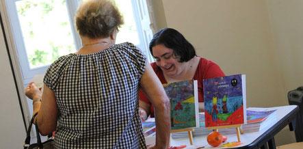 Une mamie lectrice des livres de l'illustratrice Cloé Perrotin au Salon du Livre du Cultura de St Doulchard au Domaine de Vary en 2017