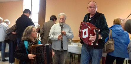 Le groupe de musique traditionnelle morvandelle Le duo de Quarré-les-Tombes jouant au 20ème Salon du Livre de Saint-André-en-Morvan en 2017