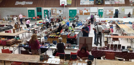 La salle de la Foire aux Livres et aux cartes postales de Brienon-sur-Armençon en 2017