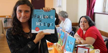 L'adolescente Mélissa jeune lectrice de l'album jeunesse Faribole et Mistigri de Cloé Perrotin