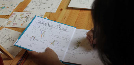 Dédicace et illustration de l'illustratrice Cloé Perrotin à la Fête du Livre d'Anost en 2017 avec Livres en Pâture