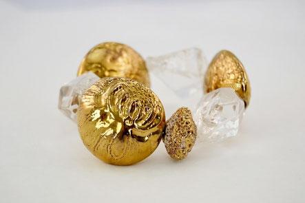 Armband mit Bergkristallen und vergoldeter Keramik